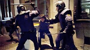 policias golpeando jovenes